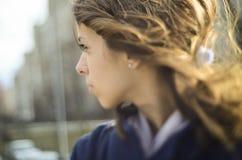 Cambio inclinable de la muchacha que mira lejos Imagen de archivo libre de regalías