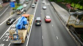Cambio inclinable - vista de arriba del tráfico en Hong Kong Freeway ocupado almacen de video
