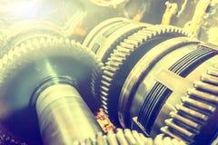 Cambio smontato per la riparazione e gli ingranaggi della frizione La trasmissione per le macchine e le unità industriali ha smon immagine stock