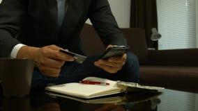 Cambios calculadores de la acción del hombre de negocios metrajes
