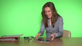 Cambios subrayados y sonrisa del mercado financiero de la mujer de negocios que esperan para alegres almacen de metraje de vídeo