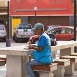 Cambista do dinheiro que conta o dinheiro em Lima, Peru Imagem de Stock Royalty Free