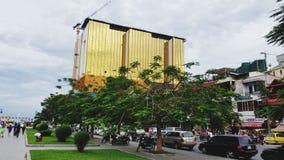 Cambodia& x27; fullständig kontrast för s mellan det rikt och det fattigt arkivfoto