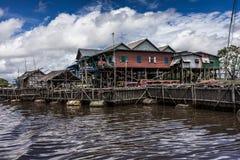 cambodia hus skördar siemstyltor arkivbilder