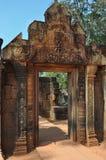 Cambodja - detalj av Benteay Srei, (den rosa templet) Arkivfoton