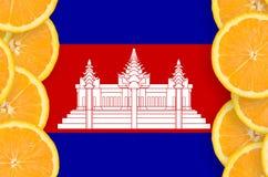 Cambodja flagga i vertikal ram för citrusfruktskivor arkivbild