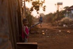 Cambodjaans klein jong geitje die zich op de straat in Banlung bevinden Royalty-vrije Stock Foto's