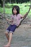 Cambodjaans Meisje op een Schommeling van de Boom Stock Foto's