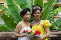 Cambodjaanse Bruid met Bruidsmeisje Royalty-vrije Stock Afbeeldingen