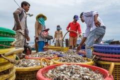 Cambodjaanse dokarbeiders in een visserijdorp Stock Fotografie