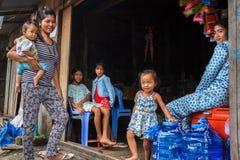 Cambodjaanse familie bij hun winkel in een visserijdorp Royalty-vrije Stock Foto's