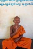 Cambodjaanse jonge Boeddhistische monnikszitting en het mediteren, Phnom Penh Stock Afbeeldingen