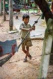 Cambodjaanse jongen uit voor zijn landelijk huis Royalty-vrije Stock Afbeelding