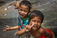 Cambodjaanse jongens in een visserijdorp Stock Foto