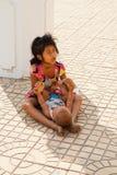Cambodjaanse kinderen die voor geld bedelen stock foto