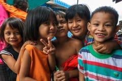 Cambodjaanse kinderen in een visserijdorp Stock Foto's