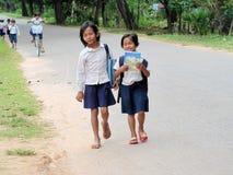 Cambodjaanse meisjes die naar school gaan Stock Foto's