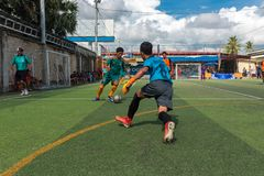 Cambodjaanse spelers in actie tijdens Voetbaltoernooien in Kampot stock foto's