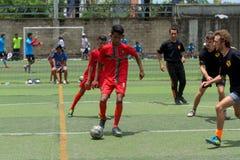 Cambodjaanse spelers in actie tijdens Voetbaltoernooien in Kampot stock fotografie