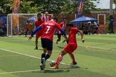 Cambodjaanse voetbalsters in actie, Kampot kambodja Stock Foto