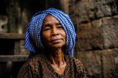 Camboidianvrouw in een tempel Stock Afbeeldingen