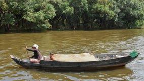 CAMBOYA - 28 de octubre de 2015: El muchacho camboyano y su mamá navegan en un barco foto de archivo libre de regalías