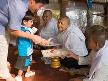 Camboyano para donar el dinero Imagen de archivo