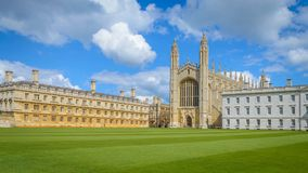 Cambridge, Cambridgeshire, Reino Unido - 17 de abril de 2016 La capilla famosa de la universidad del ` s del rey del banco de la  fotos de archivo libres de regalías