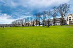 Cambridge, Cambridgeshire, Vereinigtes Königreich - 16. April 2016 Die Leute, die bei Perkers radfahren, bessern an einem hellen  Stockbilder