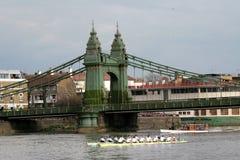 Cambridge e universidade de Oxford na competência de barco Imagem de Stock