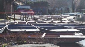 Cambridge, Engeland Groep lege houten die boten tijdens de de wintertijd voor reizen rond de Universitaire universiteiten van Cam stock footage