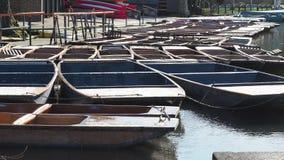 Cambridge, Engeland Groep lege houten die boten tijdens de de wintertijd voor reizen rond de Universitaire universiteiten van Cam stock video