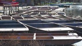 Cambridge, Engeland Groep lege houten die boten tijdens de de wintertijd voor reizen rond de Universitaire universiteiten van Cam stock videobeelden