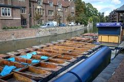CAMBRIDGE ENGLAND-JUNE 2009: Stakbåtar ställde upp på floden circa Juni 2009 i universitetsområdet Cambridge England Floden och p Royaltyfri Foto