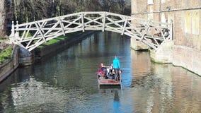 cambridge england Turister som rider fartyget, turnerar runt om de Cambridge universitethögskolorna längs flodkammen lager videofilmer