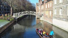 cambridge england Turister som rider fartyget, turnerar runt om de Cambridge universitethögskolorna längs flodkammen stock video