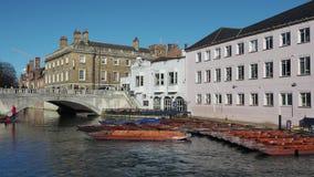 cambridge england Turister som rider fartyget, turnerar runt om de Cambridge universiteth?gskolorna l?ngs flodkammen stock video