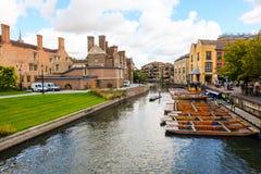 Cambridge-Flussansicht mit coludy Himmel lizenzfreie stockfotografie