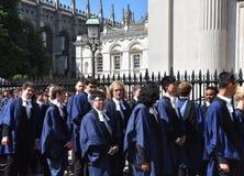 Cambridge Großbritannien, am 27. Juni 2018: Hochschulstudenten, die draußen warten Stockbild