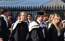 Cambridge Großbritannien, am 27. Juni 2018: Hochschulstudenten, die warten, um herein zu gehen Lizenzfreie Stockfotografie