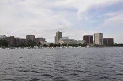 Cambridge, il 30 giugno: Panorama della città di Cambridge dal fiume Charles nello stato di Massachusettes di U.S.A. Immagine Stock Libera da Diritti