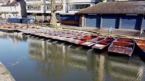 Cambridge, Inglaterra Grupo de barcos de madera vac?os durante invierno usado para los viajes alrededor de las universidades de U