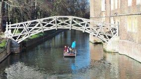 Cambridge, Inglaterra Turistas que montam excursões do barco em torno das faculdades de Universidade de Cambridge ao longo da cam filme