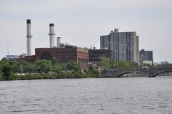 Cambridge, am 30. Juni: Cambridge-Stadtpanorama von Charles River in Massachusettes-Staat von USA stockfotografie