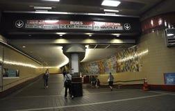 Cambridge mA, le 30 juin : Ligne rouge intérieur de station de métro de Cambridge du centre dans l'état de Massachusettes des Eta Image libre de droits