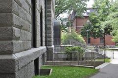 Cambridge miliampère, o 30 de junho: Entrada da construção de Salão do terreno de Harvard no estado de Cambridge Massachusettes d Fotografia de Stock