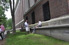 Cambridge miliampère, o 30 de junho: Estudantes que falam no terreno de Harvard do estado de Cambridge Massachusettes de EUA Imagens de Stock Royalty Free