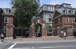 Cambridge miliampère, o 30 de junho: Porta do terreno de Harvard no estado de Cambridge Massachusettes de EUA Imagens de Stock
