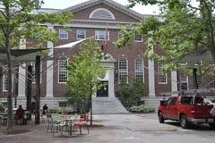 Cambridge MOR, 30th juni: Harvard Lehman Hall byggnad från den Harvard universitetsområdet i den Cambridge Massachusettes staten  Arkivfoton