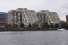 Cambridge, o 30 de junho: Panorama da cidade de Cambridge de Charles River no estado de Massachusettes de EUA fotos de stock